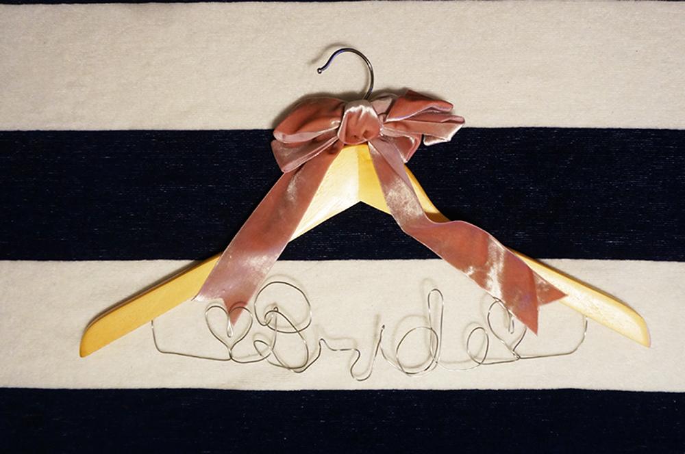 ウェディングフォトにも!おしゃれなブライダルハンガーの作り方<br>|by ARCH DAYS編集部