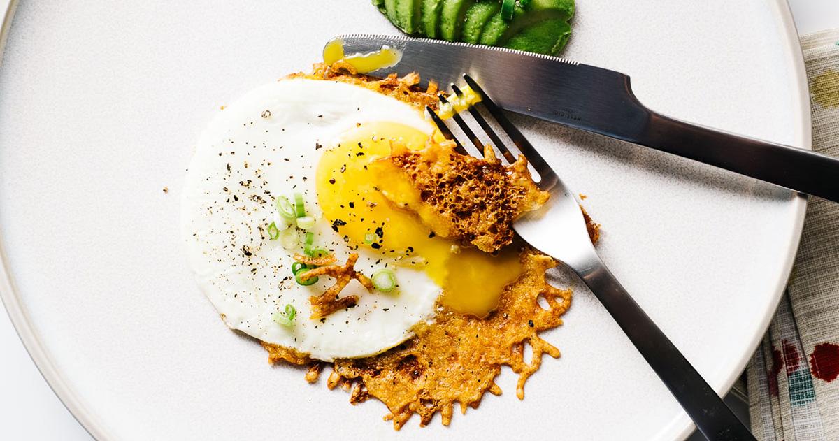 3ステップのフリコエッグ:カリカリチーズ目玉焼きの作り方