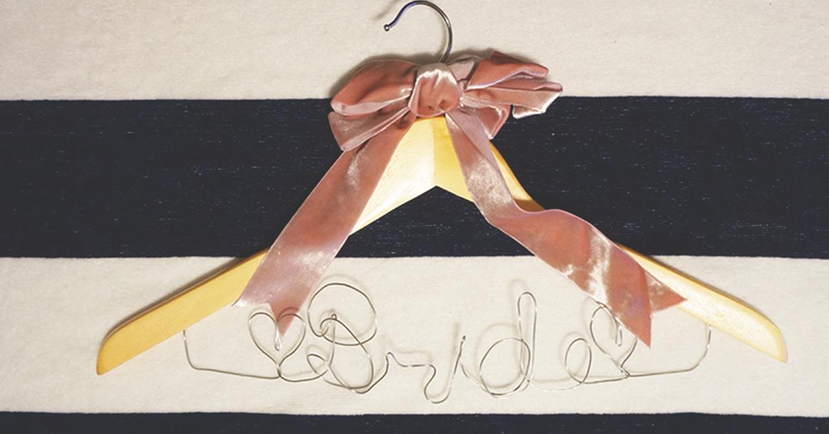 ウェディングドレスをおめかし。おしゃれなブライダルハンガーの作り方