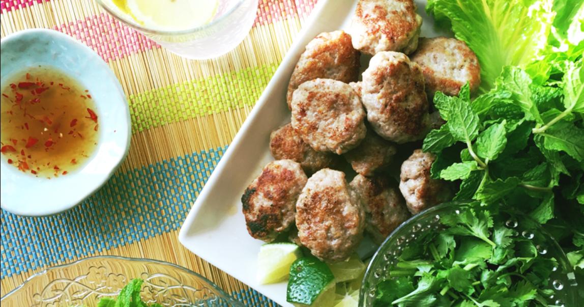 夏にぴったり!たっぷりの野菜で食べるベトナム風つくね