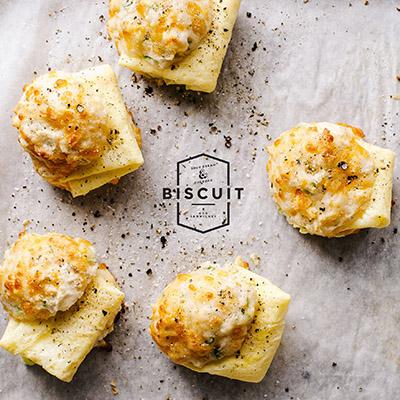 【海外blog】ブランチにおすすめ!簡単サワークリームとチェダーチーズのドロップビスケットの作り方<br>|i am a food blog by Stephanie Le