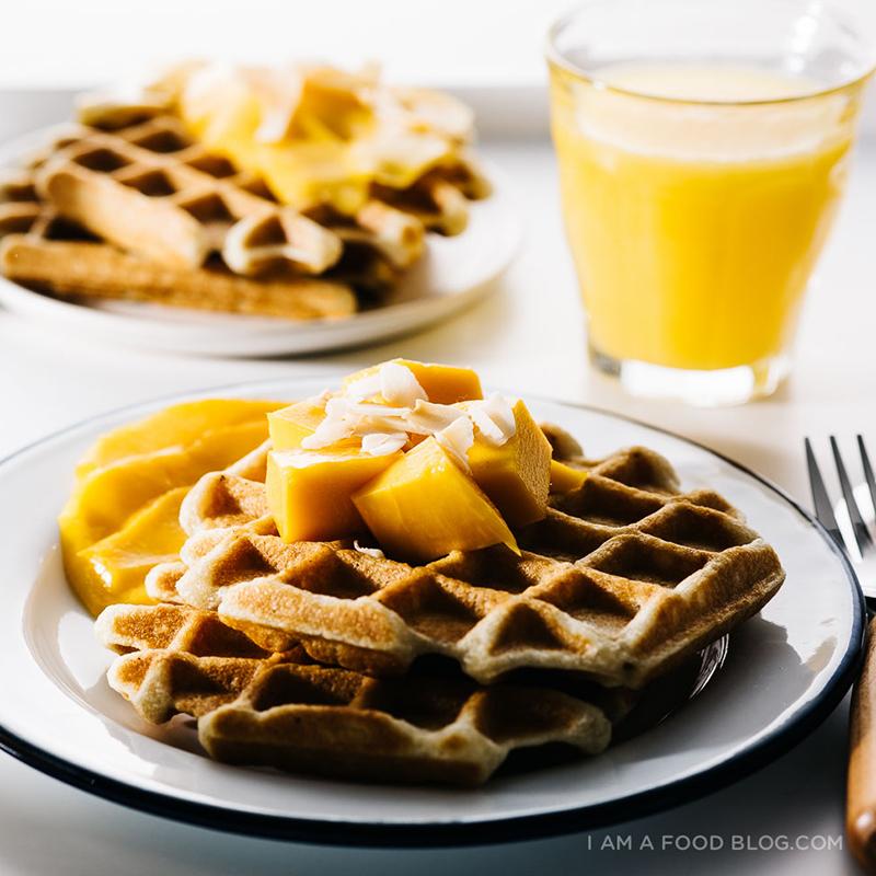 春におすすめ!ココナッツワッフルのマンゴー添えレシピ<br>|i am a food blog by Stephanie Le