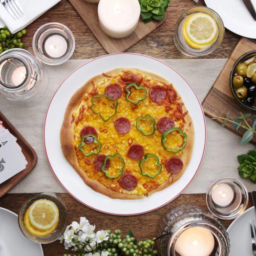【動画】みんなでワイワイ食べたい!コーンとサラミのクリスピーピザの作り方<br>|by Tasty Japan