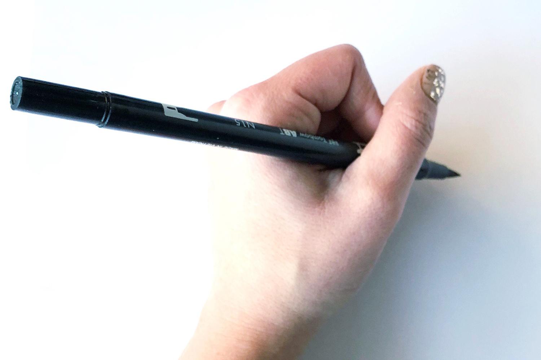 正しいブラッシュペンの持ち方