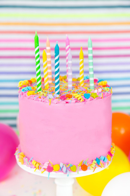ピンクのケーキに手作りカラースプレー