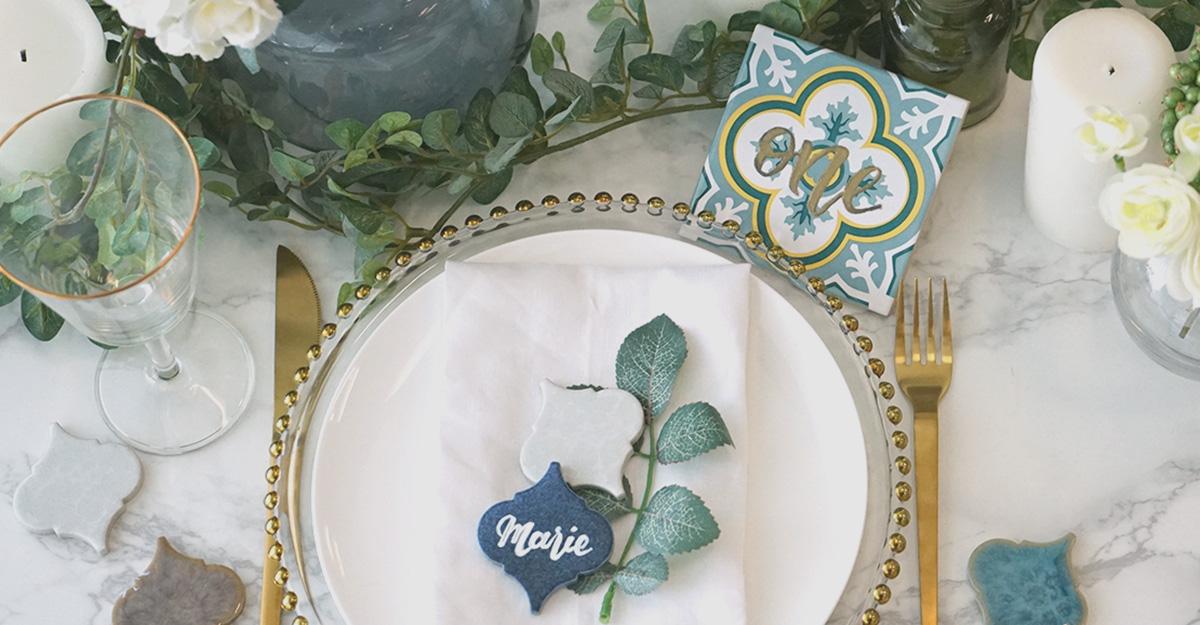 流行りのタイル席札にプラスして。ゴールドがオシャレな結婚式テーブルナンバーの作り方