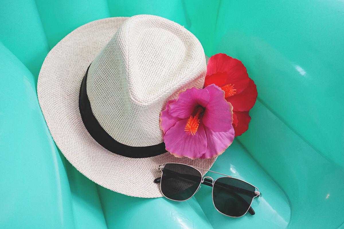 パナマ帽子に花