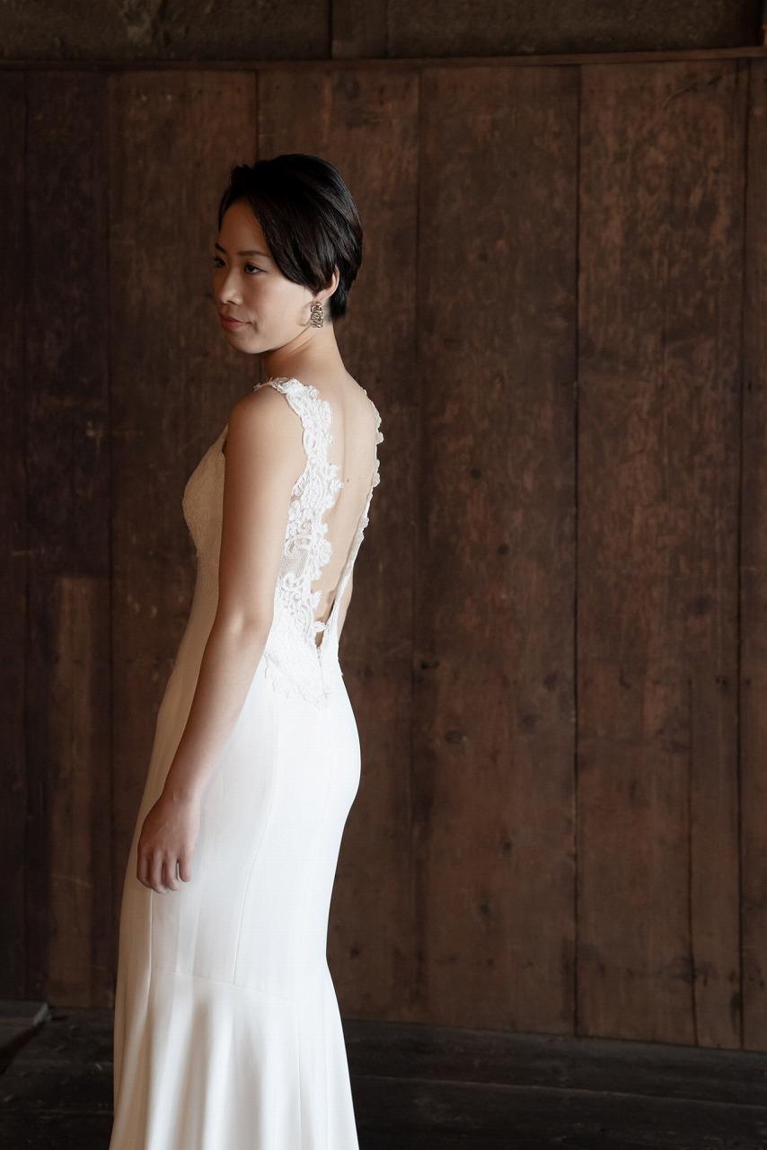 ベリーショートヘアの大人っぽい花嫁の後ろ姿
