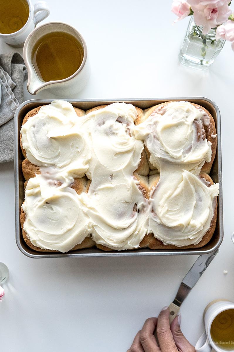 アイシング代わりの簡単グレーズで一気にアメリカンテイストに シナモンロールが焼きあがっている間にグレーズのクリームを作ると◎ ココナッツミルクと粉砂糖をなめらかになるまで混ぜ合わせて、シナモンロールが焼きあがったらすぐに塗り、少し冷ませば完成!そもそも「グレーズ」は粉砂糖とミルクを混ぜ合わせた素朴なもので、みなさんも「グレーズド・ドーナツ」などでよく耳にするのでは?通常シンプルなシナモンロールもこうやってグレーズを加えるだけで一気にアメリカンな仕上がりになり、ホームパーティーの盛り上げ役としてもおすすめです。