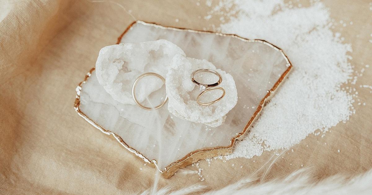結婚指輪を彩るウェディングの「リングピロー」。おしゃれなアイディア13選