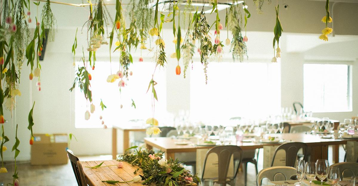 """次のトレンドは""""吊るしたお花""""?!空間を上手に使ったとびきりオシャレな結婚式装飾15選"""