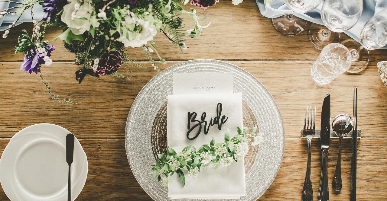 結婚式の席札は「カーシブネームプレート」が人気。筆記体ネームプレートの素敵アイディア13選