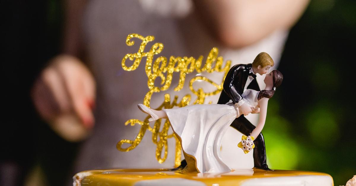 新郎新婦ケーキトッパーが人気。ウェディングケーキを彩る