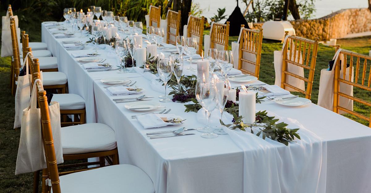 チュールのテーブルランナーで結婚式ゲストテーブルをワンランクアップ