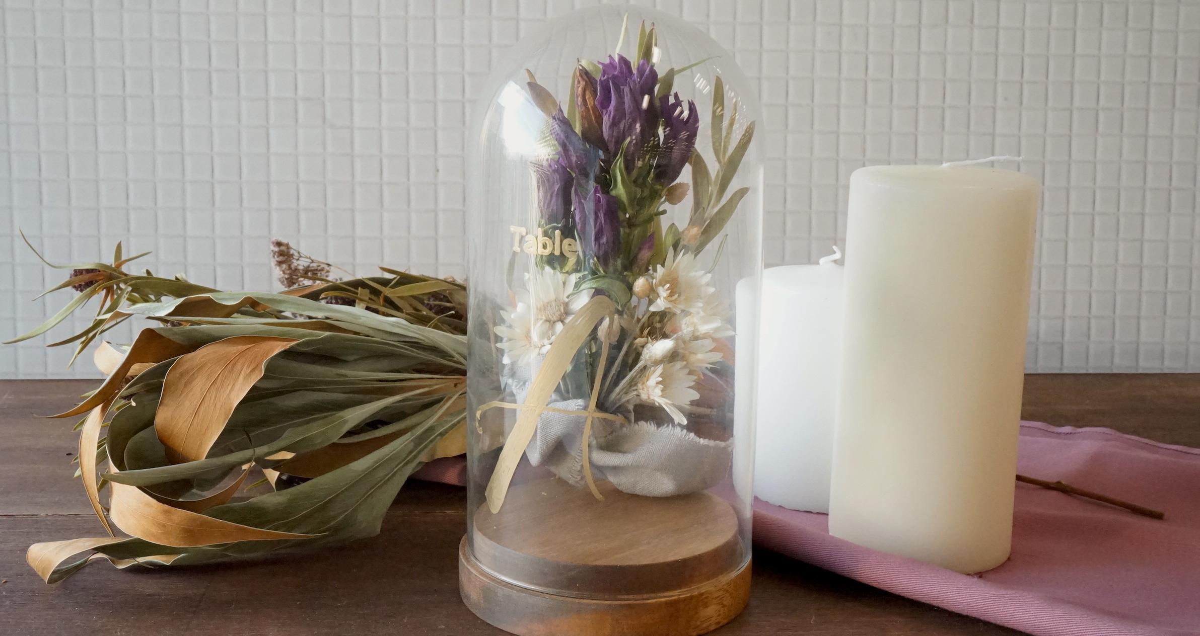結婚式で大注目のガラス素材を使って。ドライフラワーを入れた簡単テーブルナンバー作り方