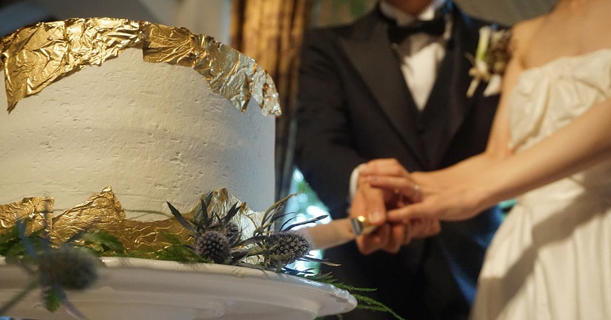 トレンド感と上品さを叶える「ゴールド」のウェディングケーキ実例9選