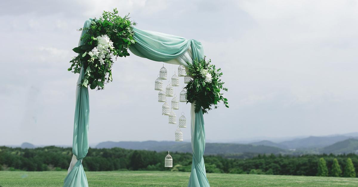 ガーデン挙式をおしゃれに。ウェディングアーチやガゼボの装飾アイディア