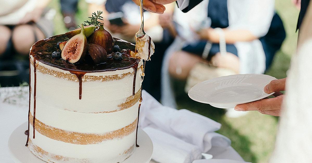 クールな結婚式を叶えるならウェディングケーキもダークカラーを合わせて