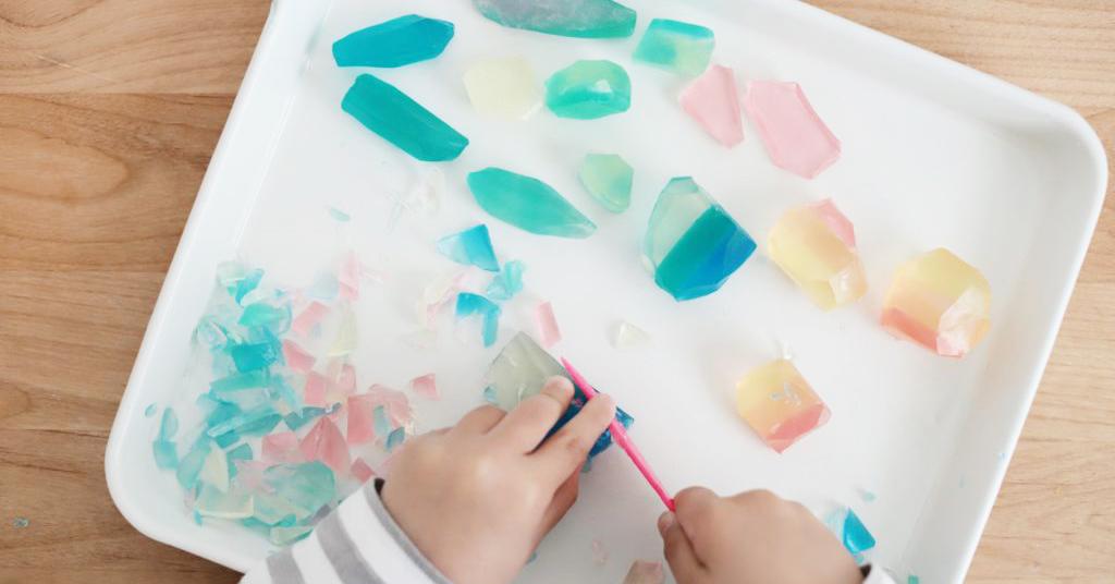 手を洗うのが楽しくなる♪子どもと一緒に楽しめる宝石石鹸の作り方