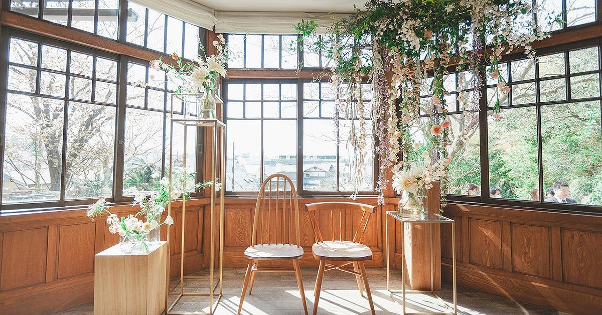 大人っぽく洗練された雰囲気に。ウェディングの装花はヌードカラーに注目