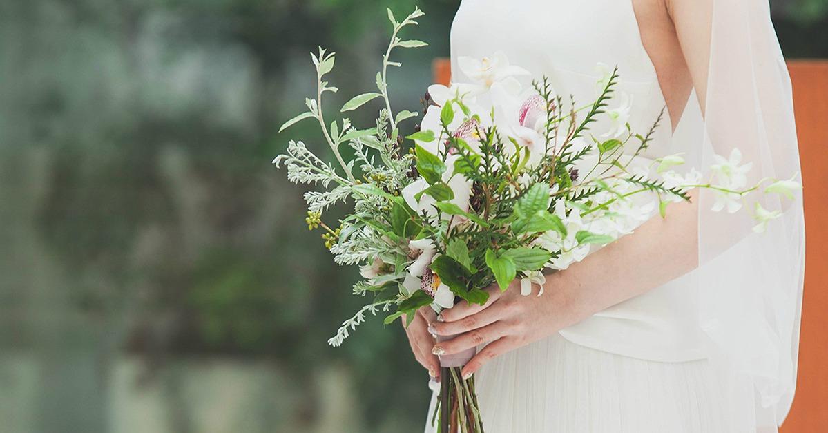 モードにもフェミニンにも◎小花を束ねた花嫁ブーケがアンニュイで可愛い