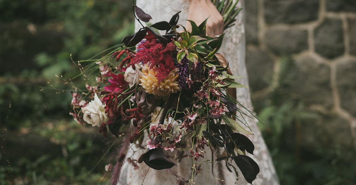 目指すはワンランク上の花嫁。黒花を取り入れたブーケや装花でオシャレ上級者に